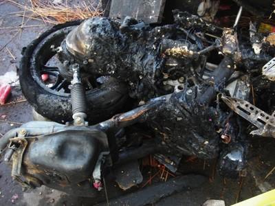 Chiếc xe máy cháy đen trong nhà ông Hà