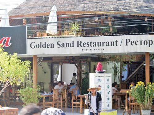 Nhà hàng Cát Vàng, nơi mà cửa hàng từ chối bán hàng lưu niệm cho người Việt. Ảnh: Quế Hà
