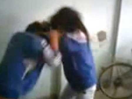 Nữ sinh đánh nhau trong nhà xe (Ảnh cắt từ clip)