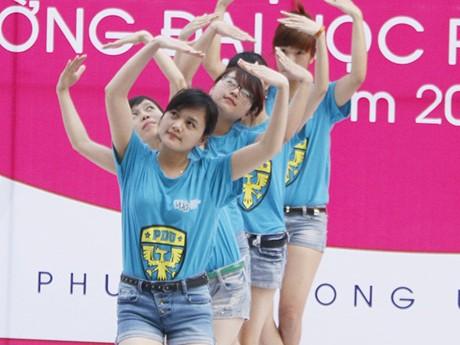 Các cô gái trẻ trung trong màu áo xanh hòa bình