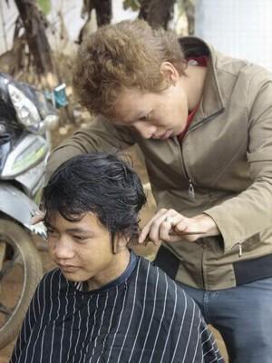 Cắt tóc cho em nhỏ ở làng phong Bluk Blui