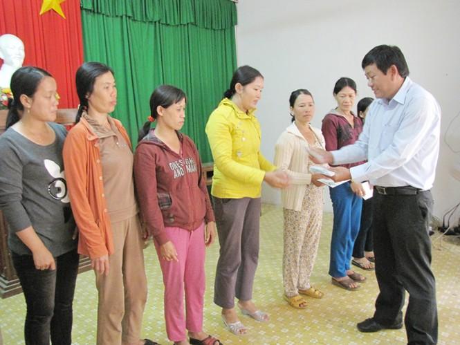 Ông Trần Xuân Thịnh trao quà cho người nghèo ở đảo Lý Sơn