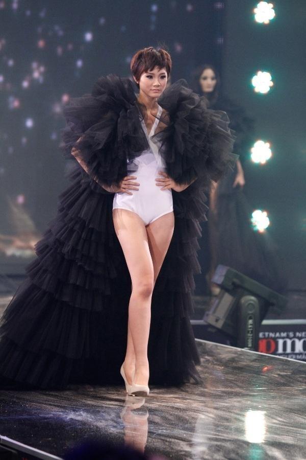 Trà My trên sân khấu đêm chung kết VN's Next Top Model 2011