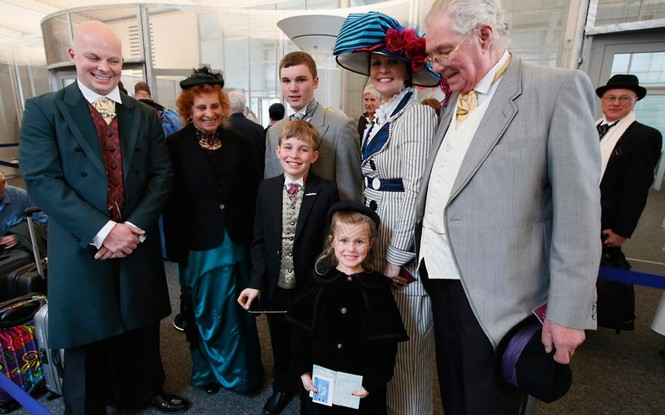 Một gia đình gồm ba thế hệ đến từ London và Machester có mặt trên chuyến tàu.