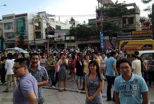 Rất đông người nhốn nháo trước tòa nhà Flemington chiều 11.4 - Ảnh: Phương Anh