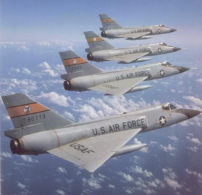 Biên đội máy bay tiêm kích đánh chặn mang tên lửa đối không F-102 thuộc Bộ tư lệnh Phòng không Không quân Mĩ