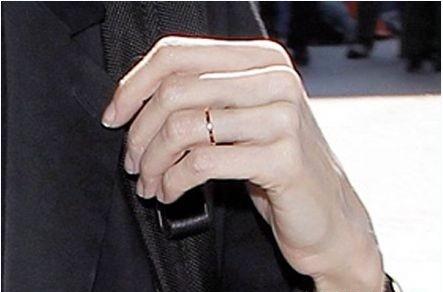 Chiếc nhẫn vàng được cho là nhẫn cưới của Jolie-Pitt mặc dù họ chưa tổ chức hôn lễ