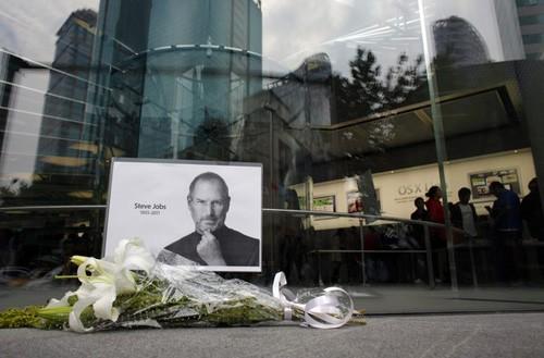 Bó hoa tưởng nhớ người đồng sáng lập Apple, Steve Jobs, trước 1 cửa hàng Apple Store tại Thượng Hải, Trung Quốc hôm 6-10-2011. Steve Jobs, người được coi là một trong những CEO người Mỹ tài năng nhất  trong thế hệ của ông, đã qua đời hôm 5-6-2011 ở tuổi 56 sau một thời gian chiến đấu chống lại căn bệnh ung thư. Ảnh Getty Images