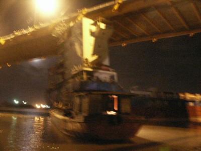Mắc cáp để lôi tàu Vinashin Orient ra khỏi gầm cầu Bính             (chụp lúc 0 giờ ngày 19-7)