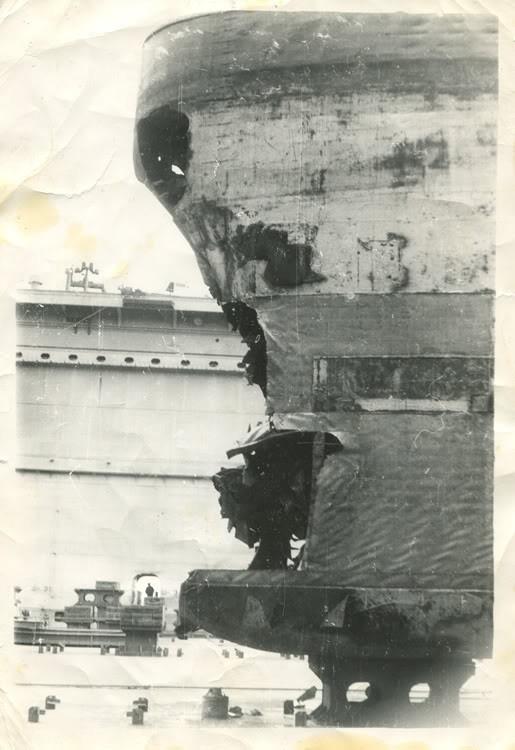 Sau khi trở về căn cứ người ta cắt ống phóng ngư lôi bị hư hại của