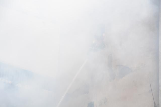 Nhà năm tầng thành đống đổ nát vì hỏa hoạn - ảnh 5