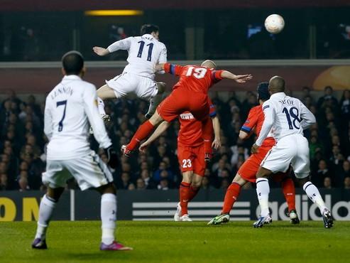 Bale (11) tiếp tục chói sáng giúp Tottenham chiến thắng. Ảnh: Reuters