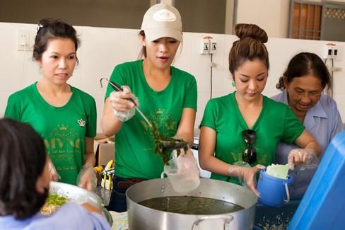 Hà Kiều Anh, Thúy Nga đi từ thiện xuyên Việt - ảnh 1