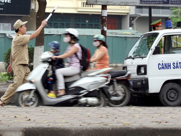 Trật tự đô thị tuýt còi chặn xe người tham gia giao thông