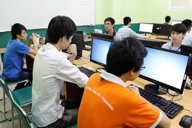 Các thí sinh tập trung làm bài