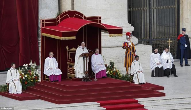 Giáo hoàng Francis đứng lên bục cao tại quảng trường tòa thánh St.Peter
