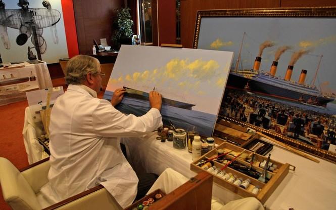 Chuyên gia hàng hải James Allen đang xem bức tranh hành trình của Titanic tới New York.