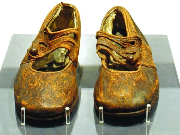 """Đôi giày của """"chú bé vô danh"""""""