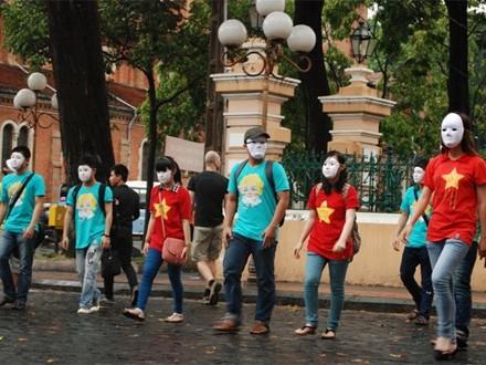Nhóm bạn trẻ đeo mặt lạ và đứng bất động trên phố