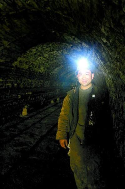 Triệu phú Trung Quốc làm thợ mỏ để cai cờ bạc - ảnh 2