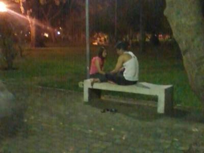 Một cặp tình nhân ngồi tâm sự cùng nhau