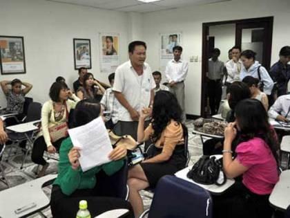 Những nạn nhân của vụ lừa đảo tập trung tại trụ sở đòi Công ty Prudential Quảng Ninh giải quyết sự việc.