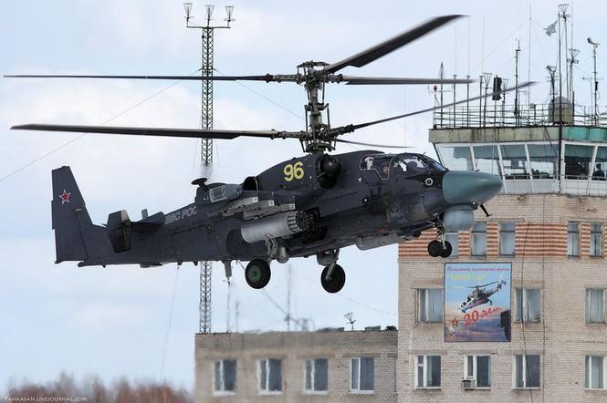 Ka-52 sử dụng cánh quạt dạng đồng trục (2 cánh quạt chồng lên nhau, quay ngược chiều nhau) thay thế và loại bỏ hoàn toàn cánh ở phần đuôi, tạo kiểu dáng thon và gọn nhẹ, tính cơ động cao hơn. Đây là điểm khác biệt hoàn toàn của Ka-52 so với các loại trực thăng chiến đấu hiện nay