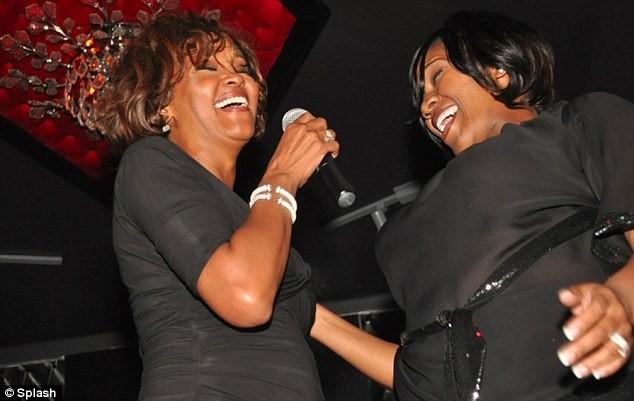 Khoảnh khắc cuối cùng Whitney trình diễn trên sân khấu cùng ca sĩ Kelly Price