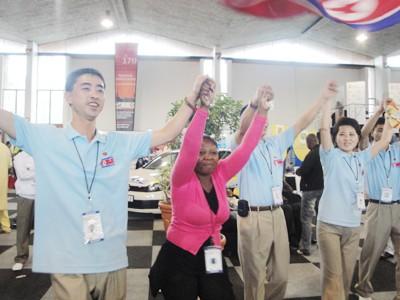 Thanh niên Triều Tiên múa vòng tròn với bạn bè quốc tế