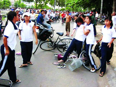 Những vụ học sinh đánh nhau giữa nơi công cộng vẫn thường xuyên diễn ra