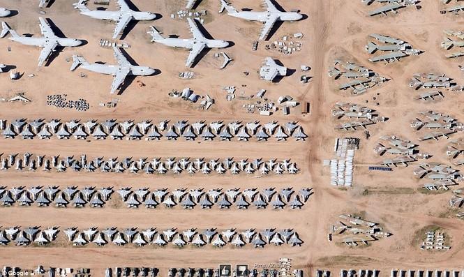 Hàng loạt máy bay tại sân bay Arizona. Nhìn từ trên cao, có nhiều máy bay với kích cỡ khác nhau.
