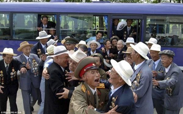 Các cựu chiến binh hạnh phúc gặp lại nhau trong buổi kỷ niệm ngày kết thúc chiến tranh vào ngày 27/7/1953