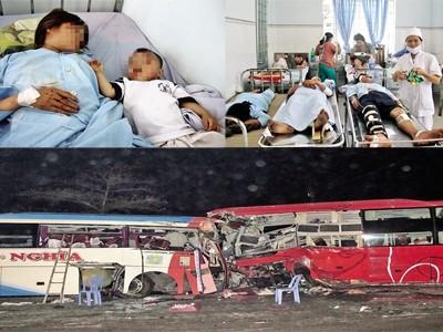 Hiện trường vụ tai nạn (ảnh dưới). Các nạn nhân đang được cấp cứu tại bệnh viện. Ảnh: Đình Quân.