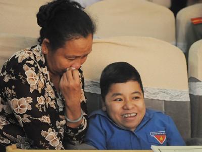 """Cô giáo """"Sọ dừa"""" (phải) và mẹ"""
