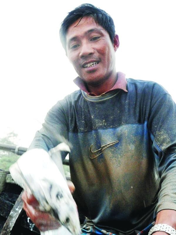 """Anh Trần Ngọc Minh nói to: """"Biển cho của như rứa mắc chi không lấy"""". ảnh: tiến long"""