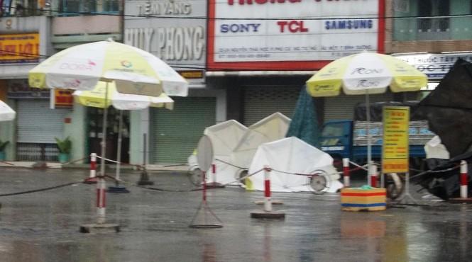 Hàng loạt cây dù trước chợ Thủ Dầu Một bị gió cuốn đi