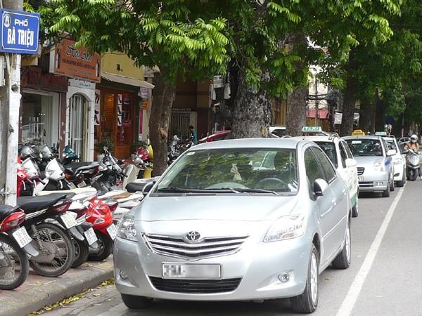 Lòng đường nhiều tuyến phố bị biến thành chỗ đỗ xe. Ảnh: T.Đ