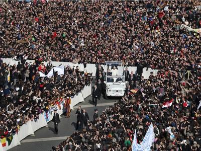 Giáo hoàng Benedict XVI, vẫy chào đám đông khi ngài đi vào quảng trường Thánh Peter, thành phố Vatican, ngày 27-2.             Ảnh: Getty Images