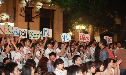 20h30, nhiều tòa nhà của trung tâm Hà Nội tắt điện. Sân khấu chính trước Nhà Hát Lớn diễn ra đêm ca nhạc - trong bóng tối.