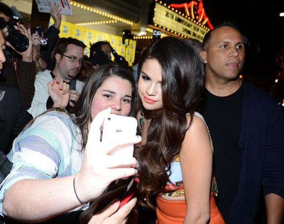 Selena Gomez giành nhiều thời gian ký tặng và chụp hình cho fans