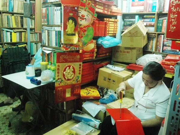 Tiệm sách cổ thưa vắng khách, chuyển sang bán lịchẢnh: T.N.A
