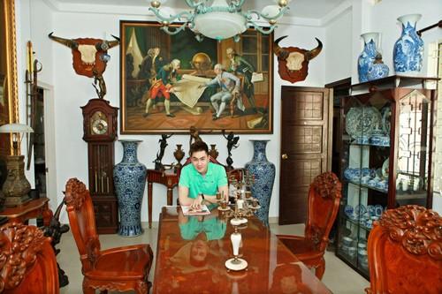 Ngôi biệt thự sang trọng nhưng không theo một phong cách nào rõ nét, mà được bài trí theo sở thích của gia chủ, thích nơi nào thì đặt nơi ấy
