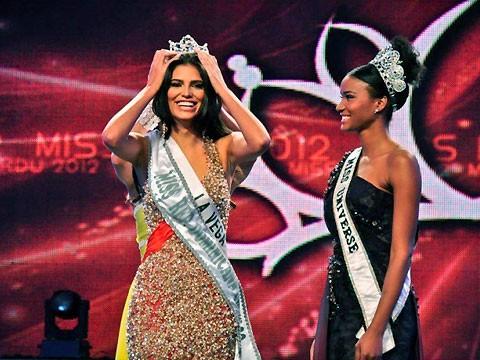 Leila Lopes trao vương miện cho Tân Hoa hậu Hoàn vũ Cộng hòa Dominica
