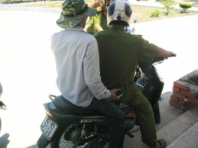 PV Nguyễn Thành được Công an chở về làm việc tại CA huyện