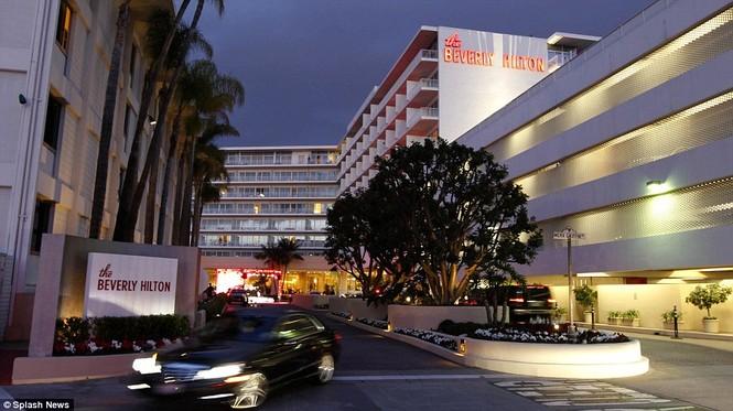 Trong khi bữa tiệc đang diễn ra, thi thể của Houston vẫn nằm trên tầng 4 của khách sạn Beverly Hilton