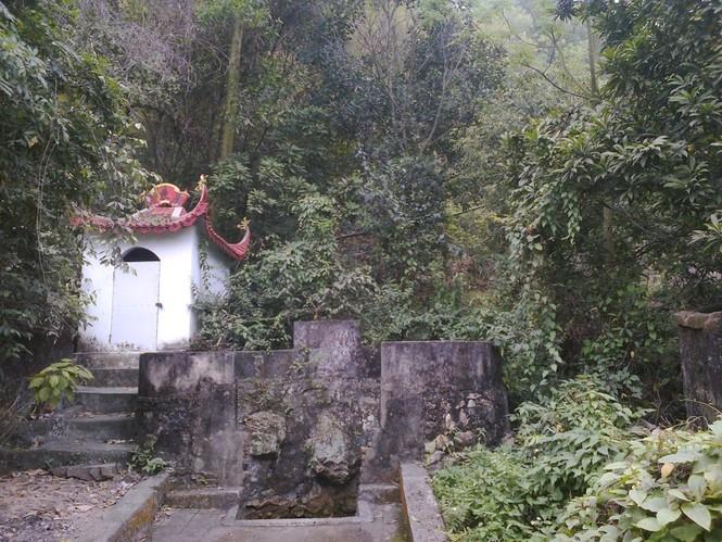 Quang cảnh giếng làng nơi có nguồn nước làm đẹp da cho thiếu nữ