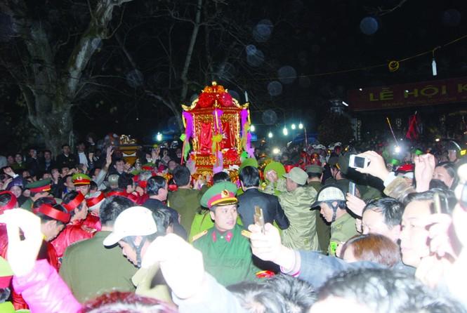 Hàng ngàn người chen chúc ở Đền Trần. Ảnh: M.Đức