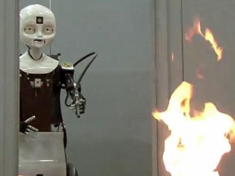 Robot cứu hỏa do phòng thí nghiệm của Hải quân Mỹ chế tạo.