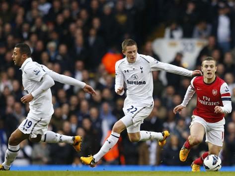Tottenham đánh bại Arsenal (phải) ở trận derby thành London