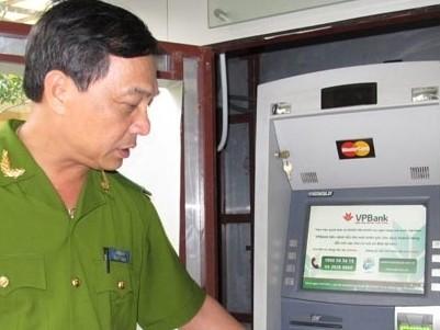 Trung tá Lê Văn Hồng theo dõi lắp đặt hệ thống chống trộm cho cây ATM của VPBank